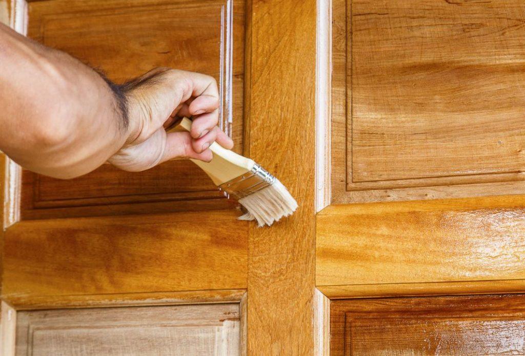 como darle barniz a una puerta de madera