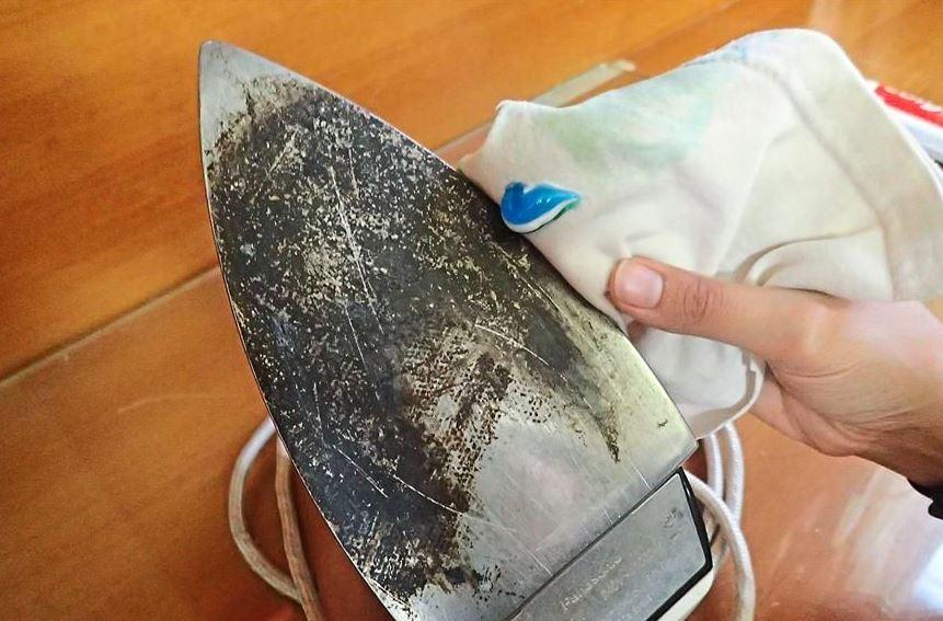 como limpiar la plancha de teflón cuando se pega