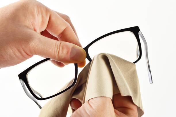 como limpiar las patillas de las gafas