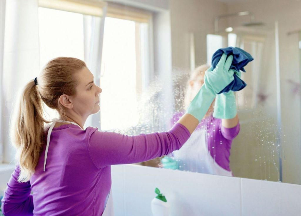 como limpiar los espejos del baño