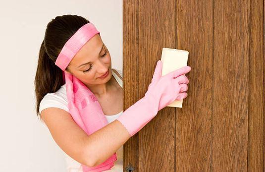 como limpiar una puerta de madera barnizada