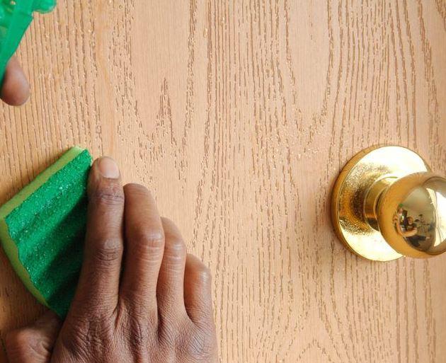 con qué limpiar las puertas barnizadas de madera