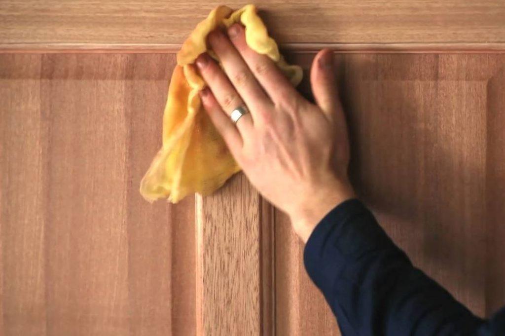 limpiar puertas de madera barnizadas muy sucias