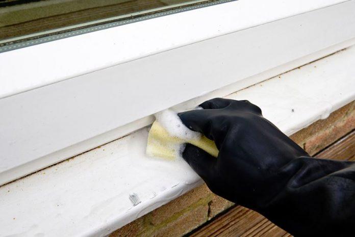 como limpiar una puerta blanca de pvc