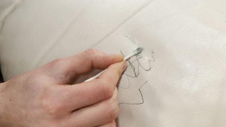 como quitar manchas de tinta en un bolso de piel