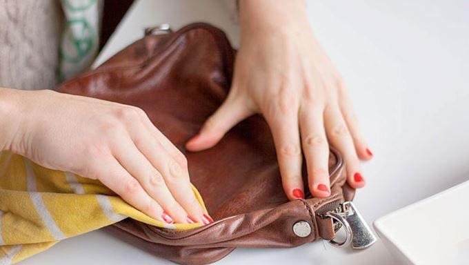 como quitar manchas en un bolso de cuero