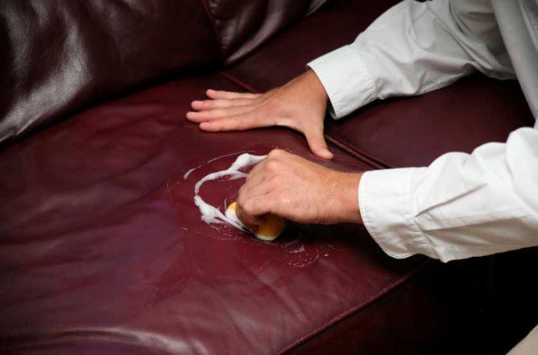 limpieza de un sofa de piel de color