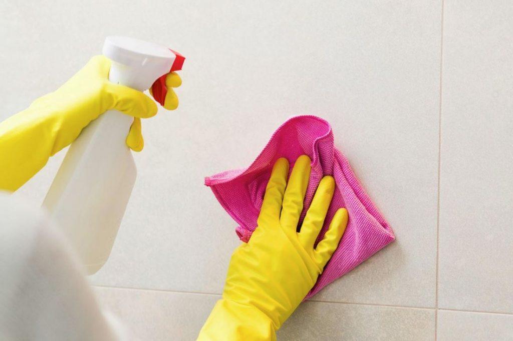 como desinfectar los azulejos del baño