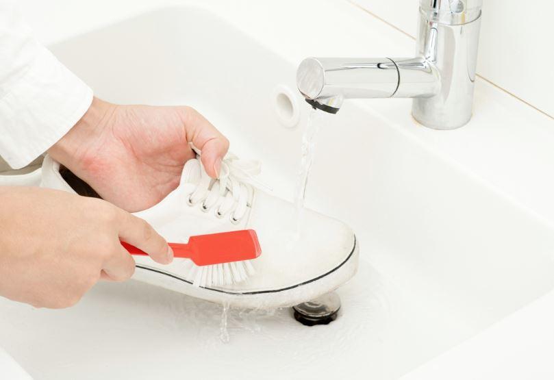 limpiar zapatillas blancas de tela con bicarbonato
