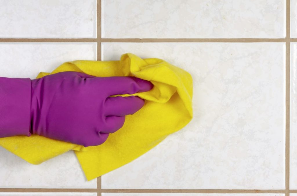 limpieza de azulejos de baño con vinagre
