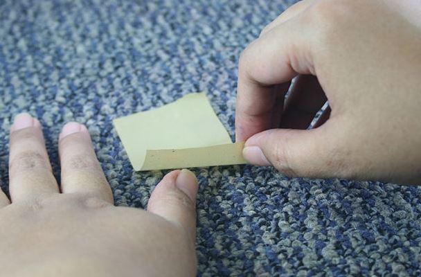 quitar pelotillas ropa con cinta adhesiva