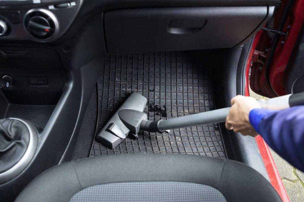 como limpiar alfombrillas de goma del coche