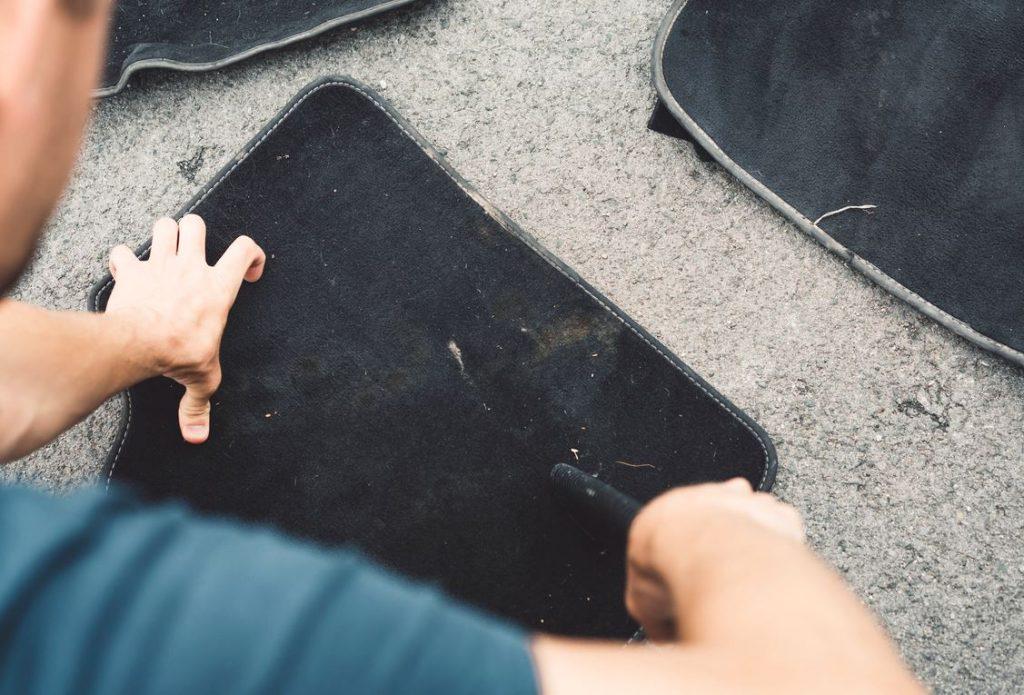 como limpiar una alfombra de auto muy sucia
