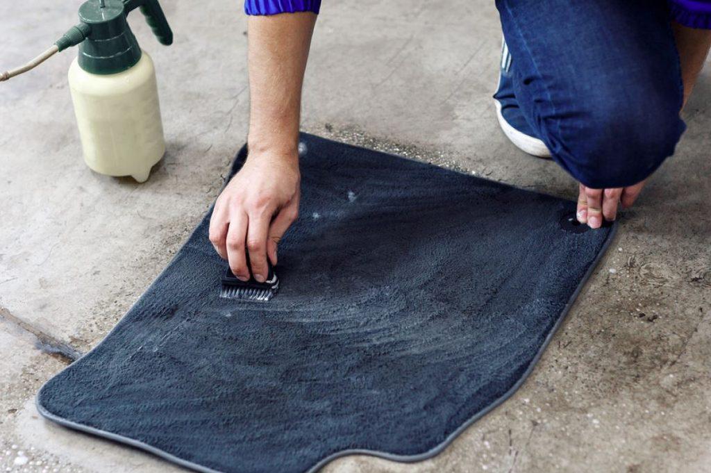 como quitar manchas de alfombras de carros