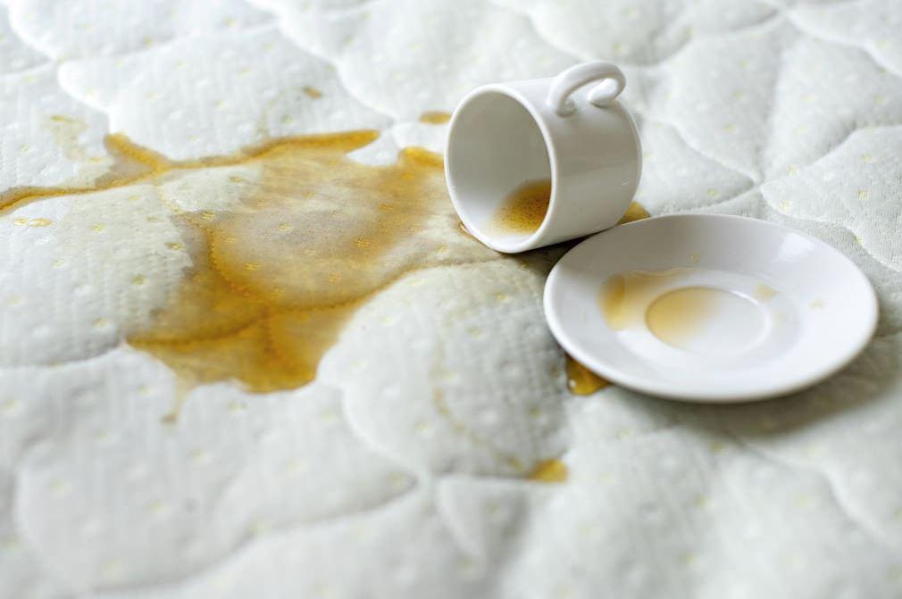 como sacar manchas de cafe en un colchon