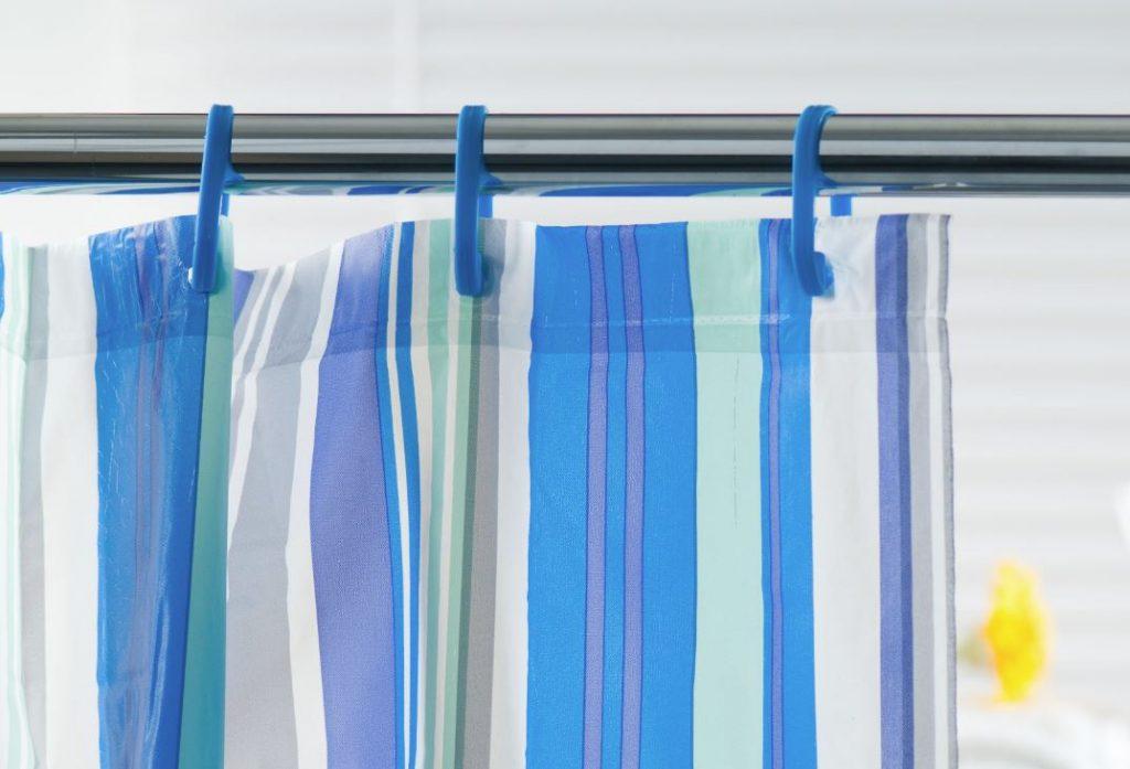como se limpia las cortinas del baño