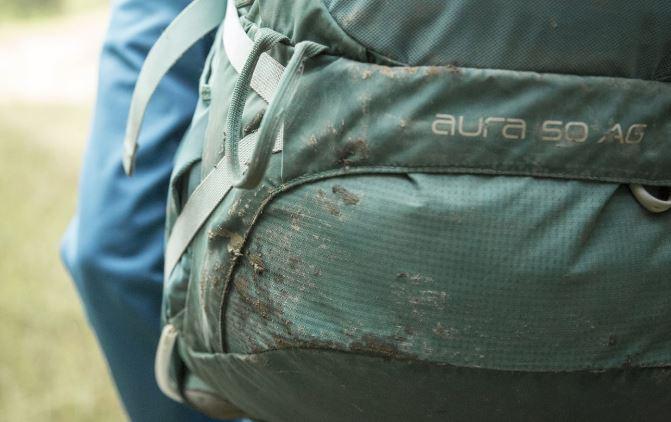 limpiar mochila sucia mochilero