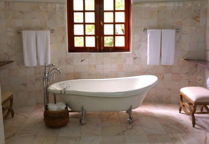 limpieza de una bañera de marmol
