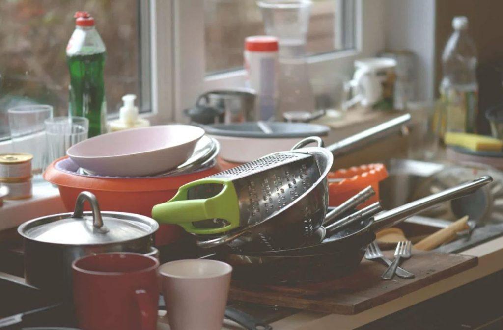 acumular platos en el fregadero