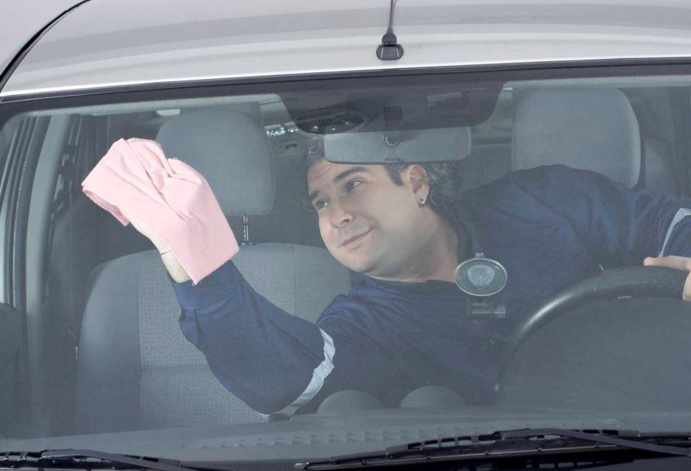 como limpiar los cristales del coche por dentro