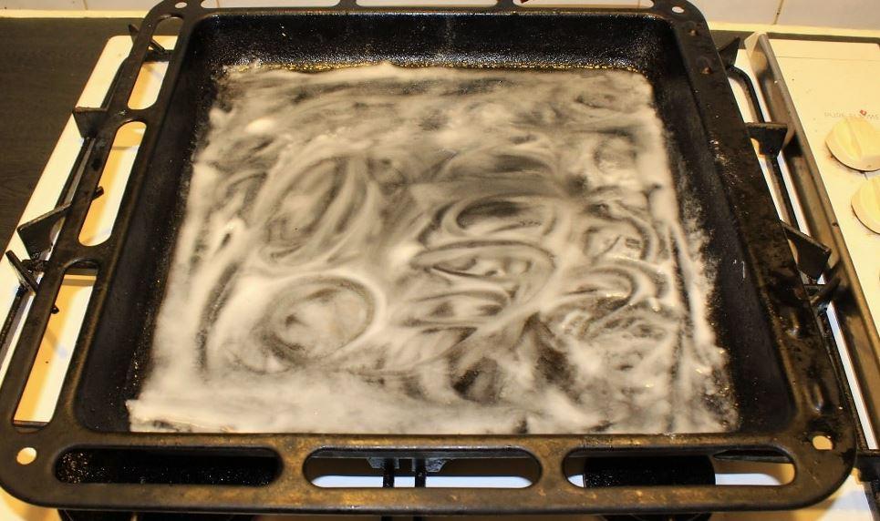 como puedo limpiar la bandeja del horno