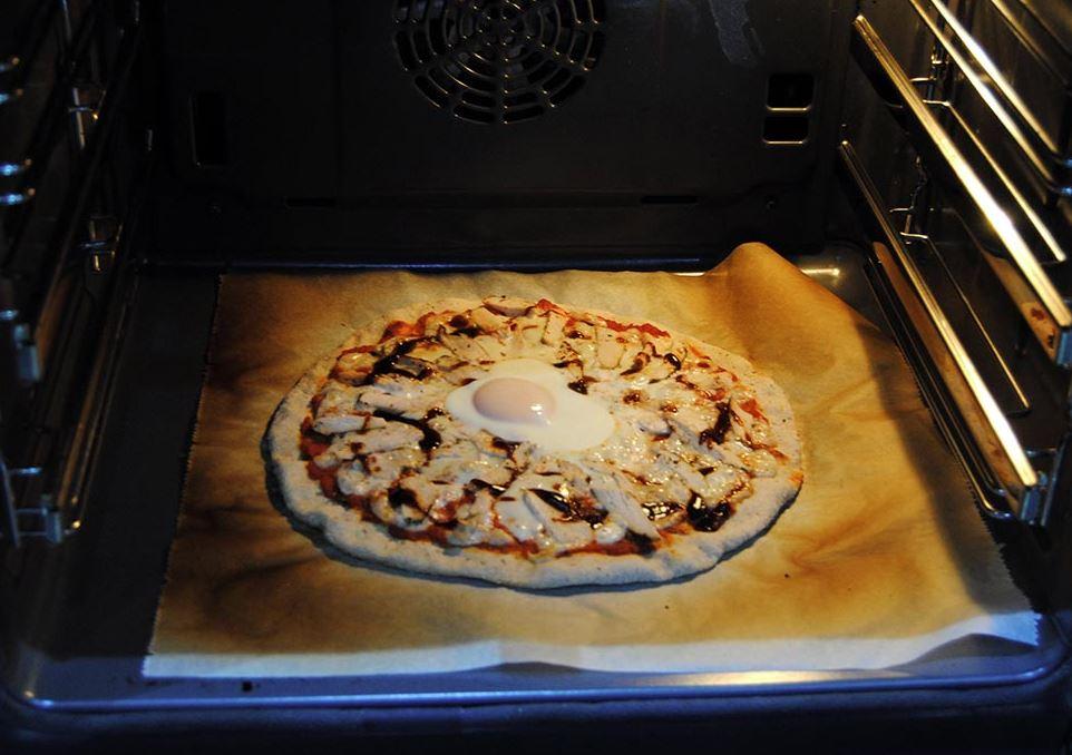 cubrir la bandeja de horno con papel de horno