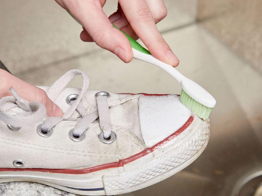 lavar converse blancos con pasta de dientes