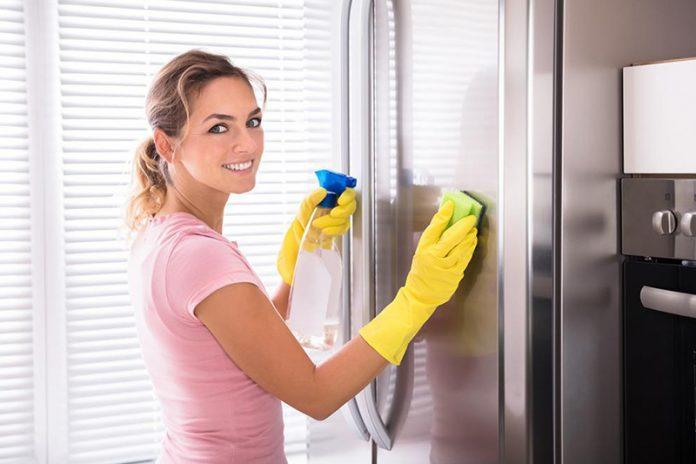 limpiar la puerta de la nevera