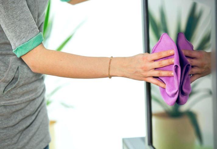 limpiar pantalla tv con limpiacristales