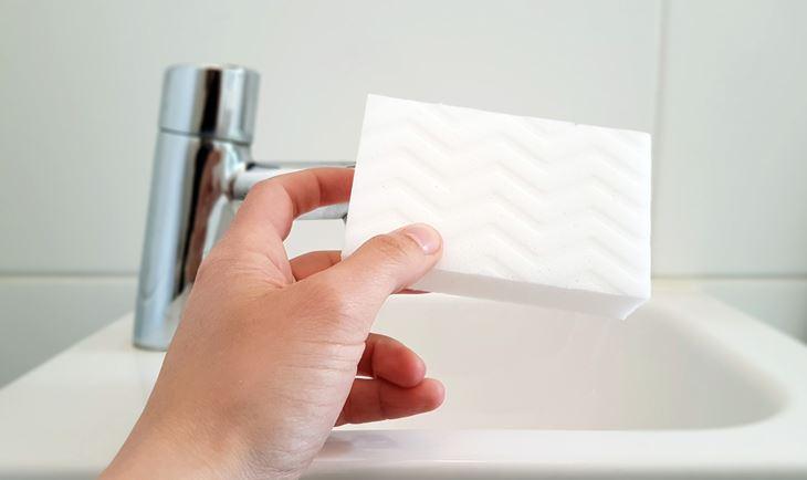 esponja blanca para limpiar paredes