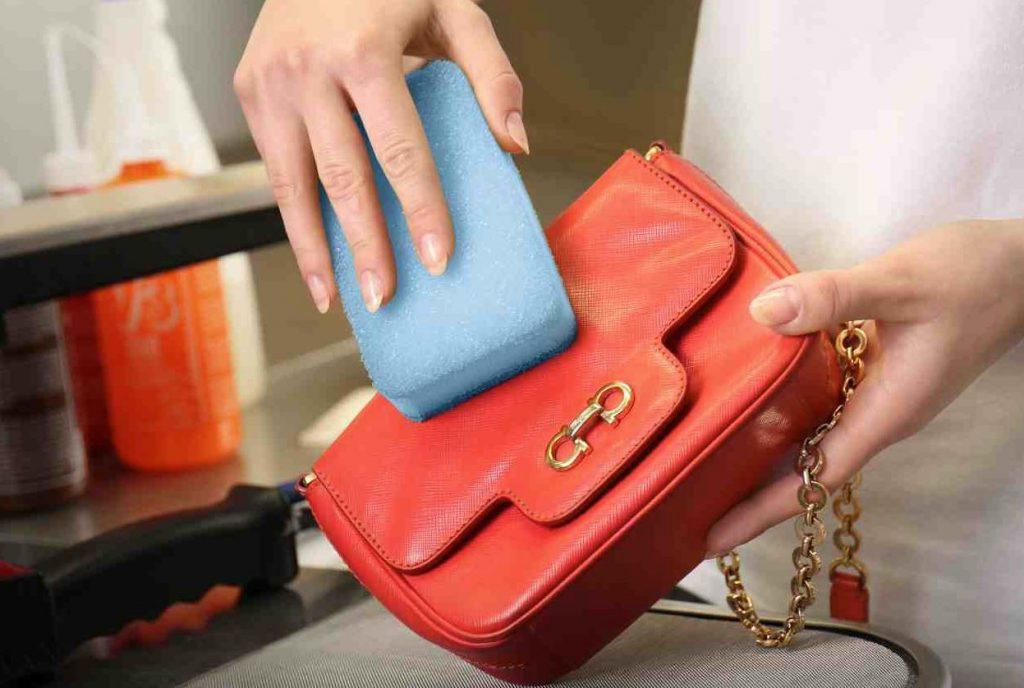 como limpiar un bolso de piel rojo