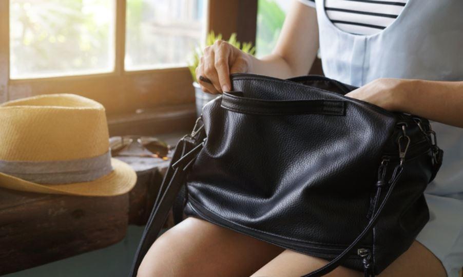 limpiar bolso de polipiel negro