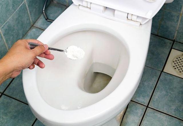 limpiar el inodoro con sal