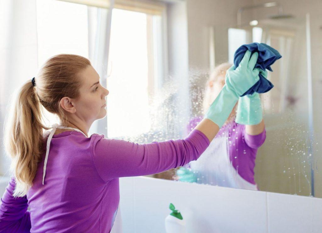 cómo puedo limpiar el espejo del baño