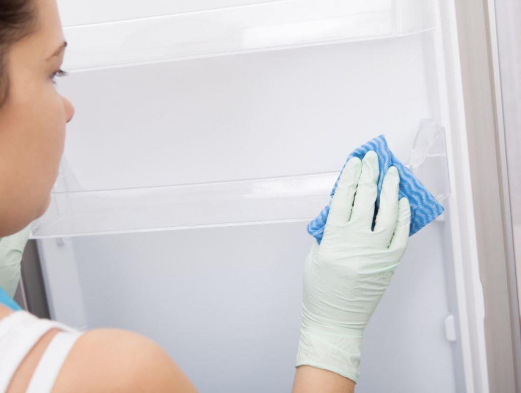 limpiar baldas nevera