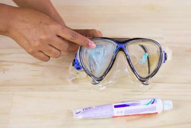 limpiar gafas de buceo con pasta de dientes
