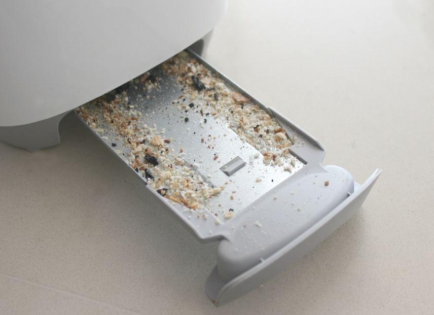 limpiar la bandeja de la tostadora
