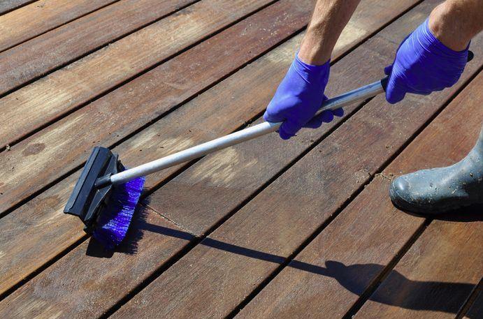 como limpiar suelo de madera exterior