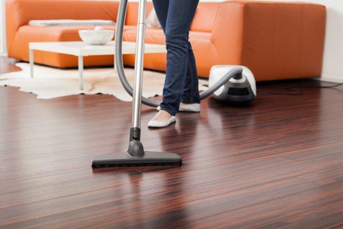 limpiar suelo de madera muy sucio