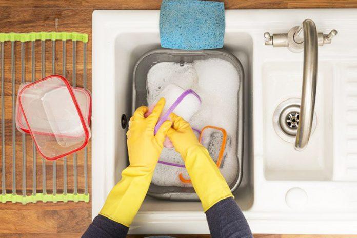limpiar un tupper de plástico