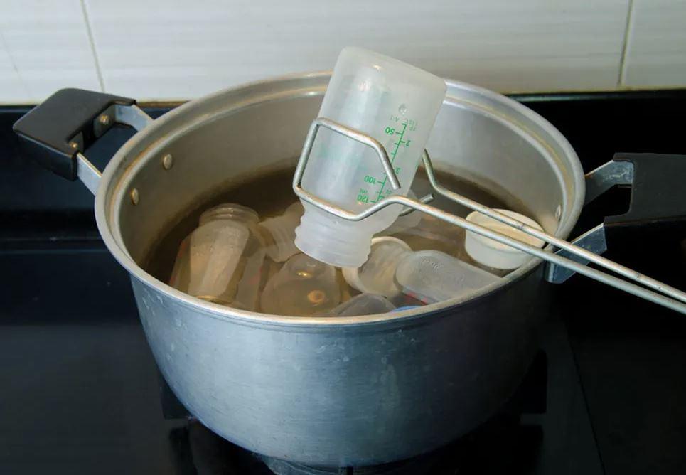 esterilizar un biberón con agua hirviendo