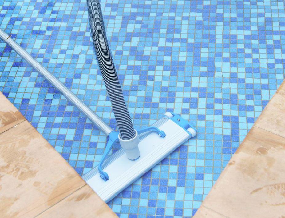 limpiar paredes piscina