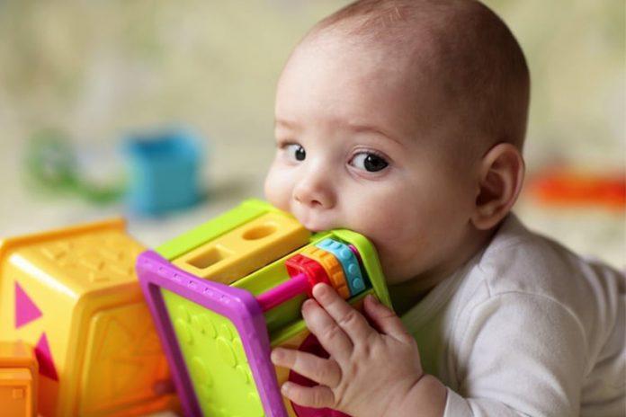 limpiar los juguetes para bebés