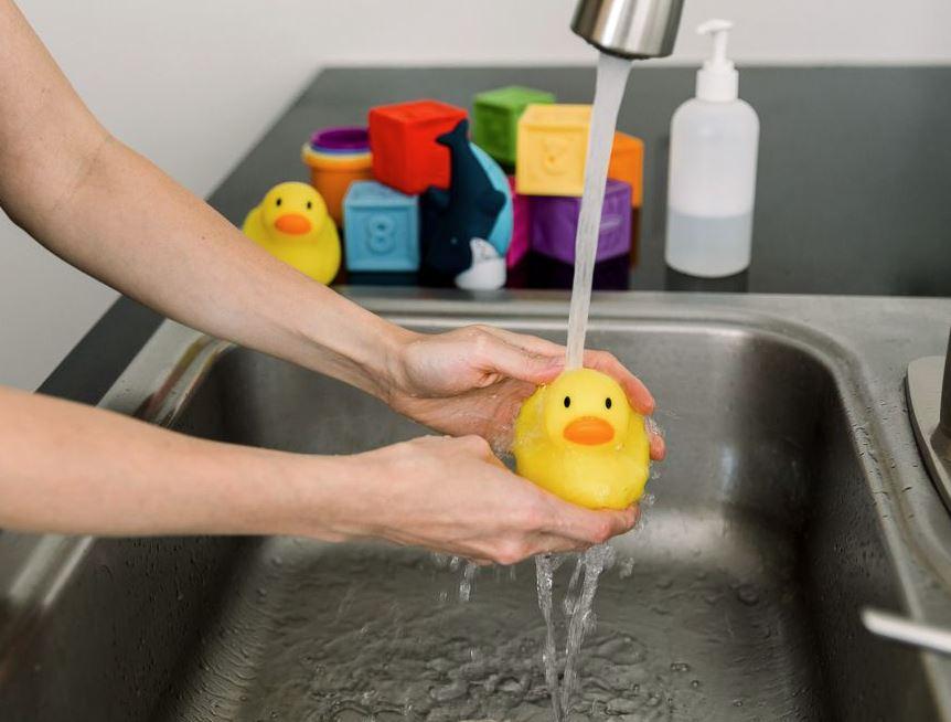 como limpiar juguetes de goma niños bebes