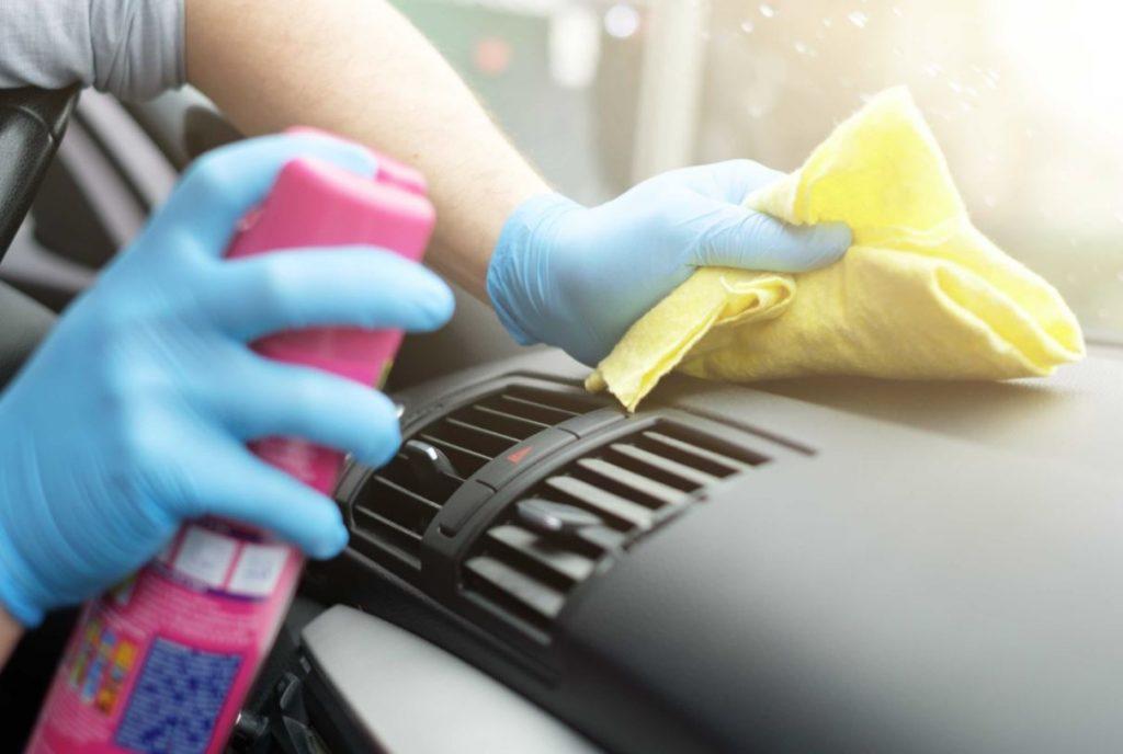 como limpiar salpicadero coche