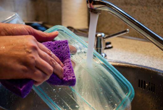 como limpiar un tupper de plastico