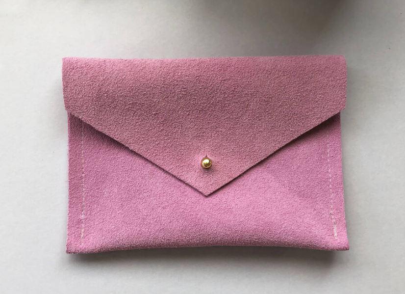 como limpiar una cartera de gamuza rosa