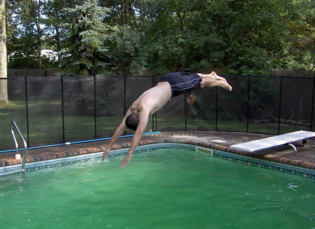 como limpiar una piscina con el agua verde