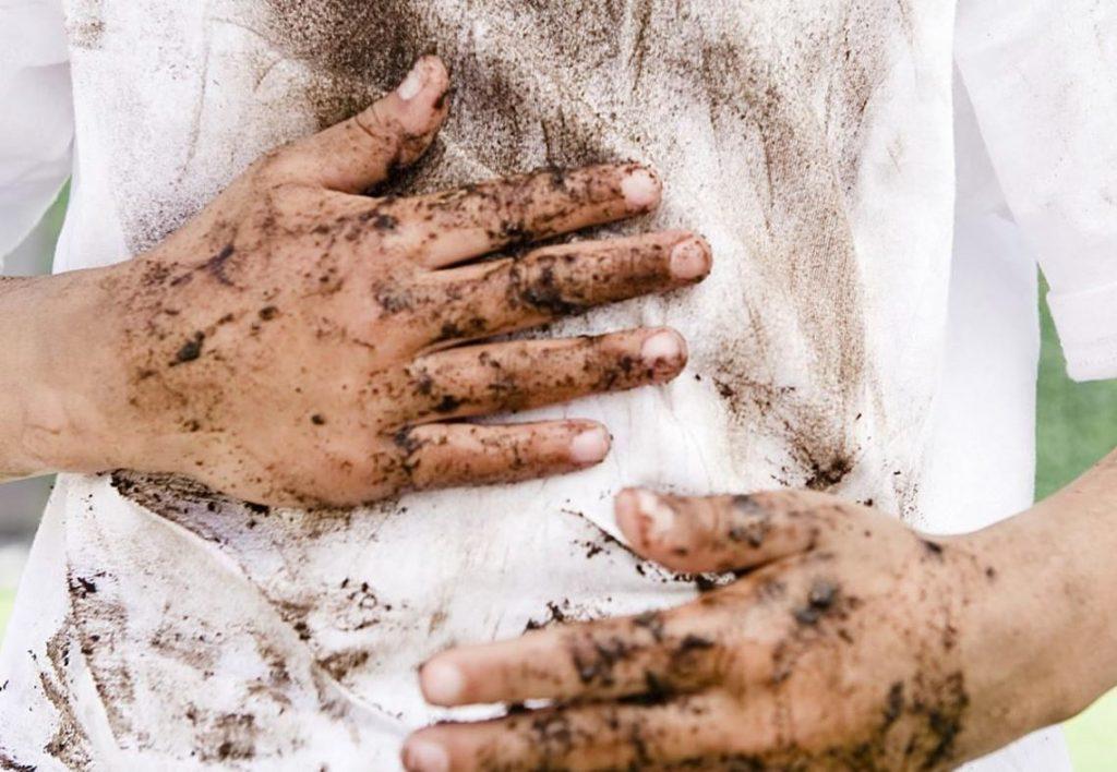 como quitar manchas de barro en la ropa