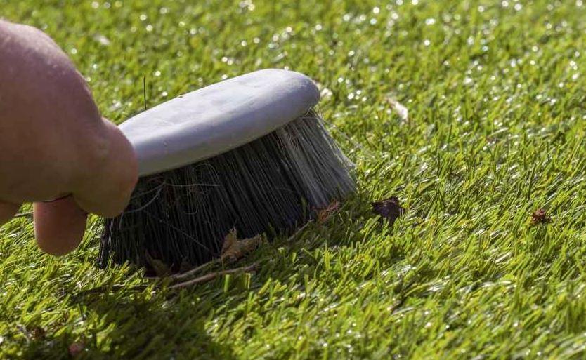 como se limpia el cesped artificial